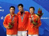 图文:男子50米步枪三姿团体颁奖 季军中国队