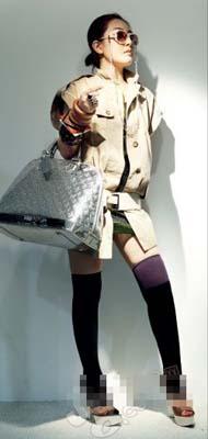 绿色亮片裙 Zara 500元;卡其色短袖风衣 Billtornade1500元;宽腰带 Barbara Bui 1400元;包 Louis Vuitton 20000元;鞋 Marni 6000元;挂链眼镜 Marni 2600元