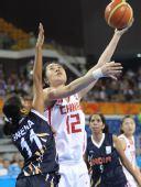 图文:女篮预赛中国VS印度 陈晓丽勾手投篮