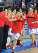 图文:女篮预赛中国VS印度 苗立杰与队友击掌