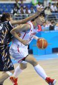 图文:女篮预赛中国VS印度 陈楠运球遭遇严防