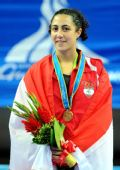 图文:跆拳道女子57KG级颁奖仪式 选手身披国旗