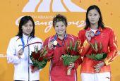图文:女子50米蝶泳颁奖仪式 前三名选手合影
