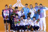 图文:男子4X100米混合泳颁奖仪式 前三名合影