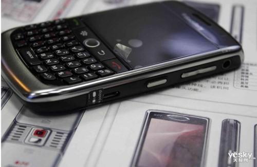 图为:黑莓 8900 手机
