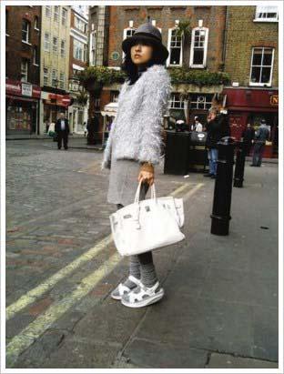 5月14日出街(伦敦)。外套和内衬的衣服:Toga;灰色leggings:Topshop;手袋:Hermes birkin bag