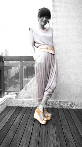 针织套装+设计感宽腰带。上衣:Oh My God@Liger;腰带:H&M;高腰裤:MM6;鞋子:Celine