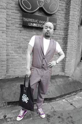 衣服:Joyce Canton Road;T恤:H&M;鞋子:Converse;手袋:Theatre 8。连体衣的狂潮不仅仅在女明星,黄伟文也承认自己有连体衣狂热症。