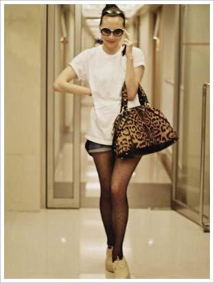 5月11日出街(香港)。白色T恤:American Apparel;短裤:Zara;墨镜:Chanel;豹纹手袋:YSL leopard muse