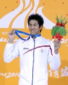 图文:男子50米仰泳颁奖仪式 日本选手古贺淳