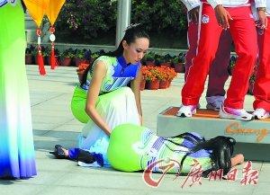 亚运礼仪志愿者晕倒 运动员冲下奖台搀扶(图)
