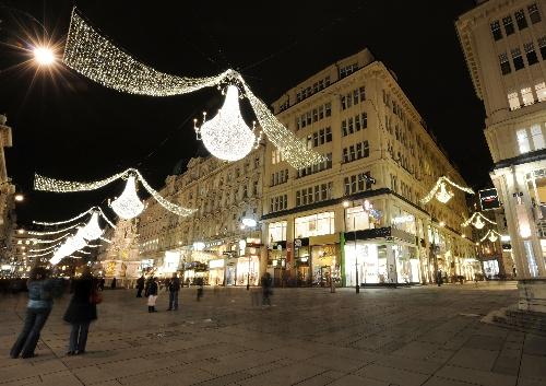 维也纳商业街亮起圣诞景观灯水测试视频图片