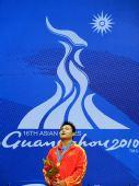 图文:举重男子105公斤级颁奖仪式 杨哲唱国歌