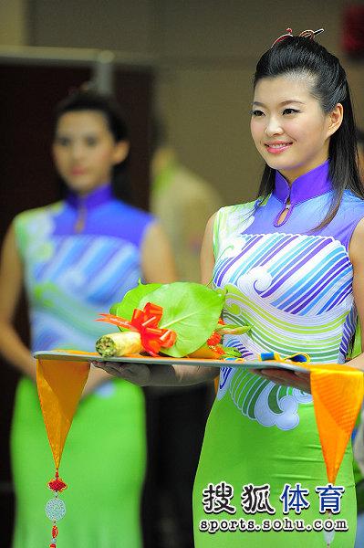 图文:女子美式九球潘晓婷夺冠 微笑的礼仪小姐