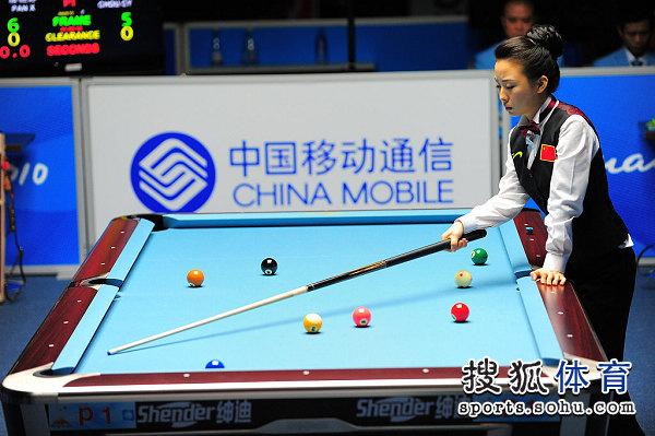 图文:女子美式九球潘晓婷夺冠 仔细计算角度
