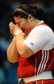 图文:女子举重75KG以上张美兰 赛后喜极而泣