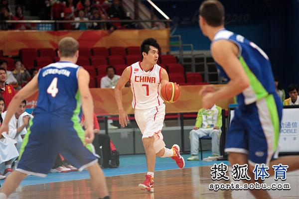 图文:中国男篮迎战乌兹别克 王仕鹏从容运球