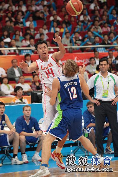 图文:中国男篮迎战乌兹别克 王治郅传球