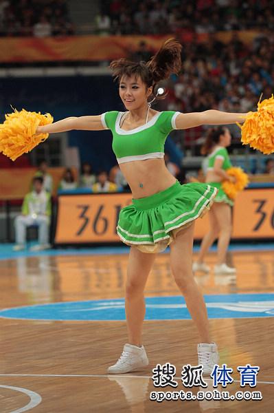 图文:中国男篮迎战乌兹别克 姿态舒展