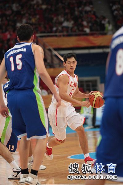 图文:中国男篮迎战乌兹别克 张庆鹏寻找机会