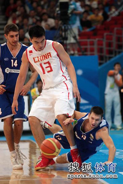 图文:中国男篮迎战乌兹别克 李晓旭显身体优势