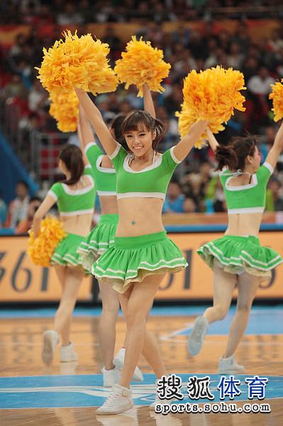 图文:中国男篮迎战乌兹别克 绿装啦啦队员