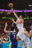 图文:中国男篮迎战乌兹别克 高高跃起投篮