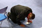 图文:举重75公斤级 冠军张爱兰父亲下跪致谢