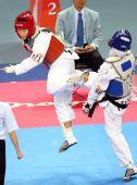 图文:跆拳道女子62KG卢殷实夺冠 奋力踢向对手