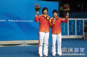 图文:乒乓球女双颁奖仪式 李晓霞郭跃展示金牌