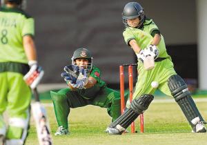 巴基斯坦队击球手贾韦里娅・沃杜德(右)在比赛中击球。