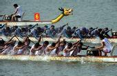 图文:龙舟男子250米竞速印尼夺冠 稍稍领先