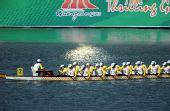 图文:龙舟男子250米竞速印尼夺冠 做最后冲刺