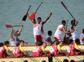 图文:龙舟男子250米竞速印尼夺冠 举船桨庆祝