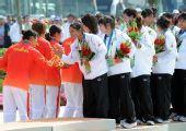 图为:龙舟女子250米竞速颁奖 中国队击掌相庆