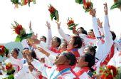 图为:龙舟女子250米竞速颁奖 印尼队开心庆祝