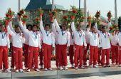 图为:龙舟女子250米竞速颁奖 亚军印尼队致意