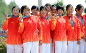 图为:龙舟女子250米竞速颁奖 开心地展示金牌