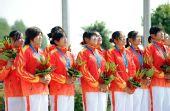 图为:龙舟女子250米竞速颁奖 骄傲地聆听国歌