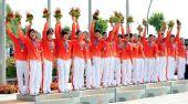 图为:龙舟女子250米竞速颁奖 中国队高举鲜花