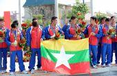 图文:龙舟男子250米竞速颁奖 缅甸队获得亚军