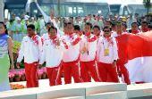 图文:龙舟男子250米竞速颁奖 印尼走向领奖台