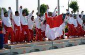 图文:龙舟男子250米竞速颁奖 印尼登上领奖台