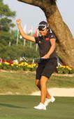 图文:高尔夫中国女队夺银牌 阎菁庆祝最后一推