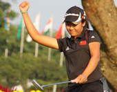 图文:高尔夫中国女队夺银牌 阎菁握拳庆祝