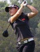 图文:高尔夫中国女队夺银牌 黎佳韵查看落点