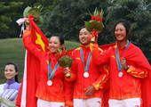 图文:高尔夫中国女队夺银牌 身披国旗庆祝