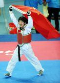 图文:跆拳道女子73KG刘蕊夺冠 高举国旗庆祝