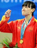 图文:跆拳道女子73KG颁奖仪式 罗微向观众致意