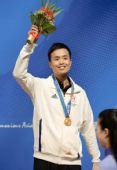 图文:斯诺克男子单打颁奖仪式 傅家俊手举鲜花